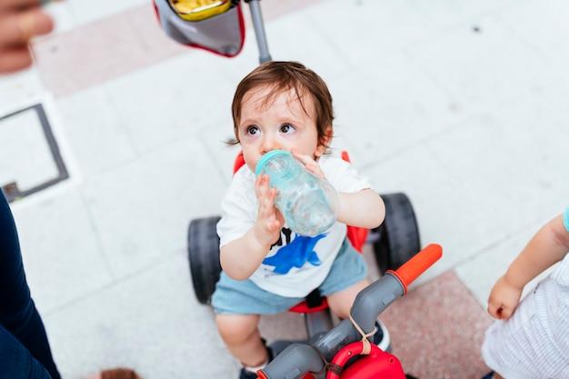 通りの1歳の飲料水