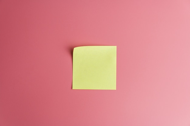 One yellow sticky note reminder on a red