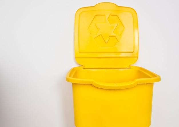 Один желтый мусорный бак для сортировки мусора