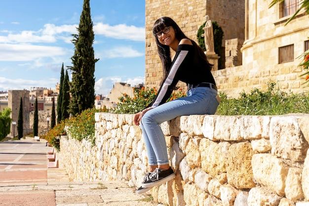 한 젊은 여자 안경 초상화, 돌로 벤치에 앉아