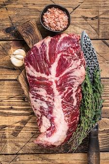 칼로 정육점 보드에 onglet 또는 옷걸이 원시 쇠고기 고기 스테이크. 나무 테이블. 평면도.