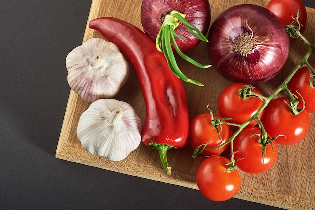 Лук, чеснок, острый перец и помидоры.