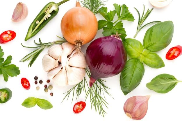 Лук и специи, изолированные на белом фоне, вид сверху. обои абстрактный состав из овощей.
