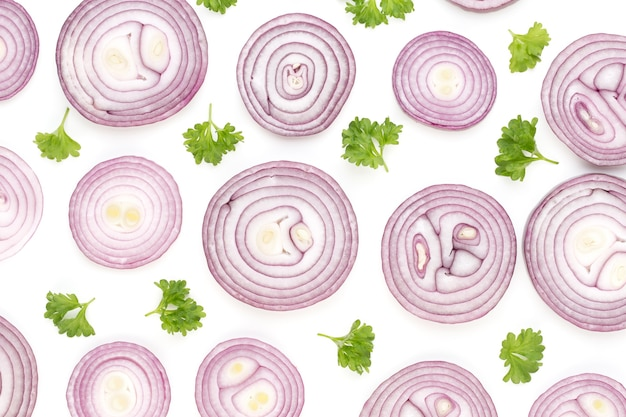 Лук, изолированные на белом фоне, вид сверху. обои абстрактный состав из овощей.