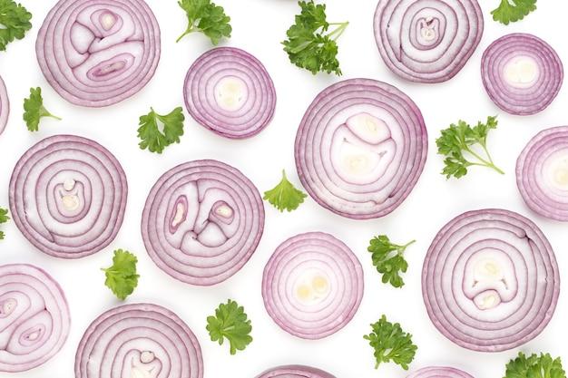 白い表面に分離されたタマネギ、上面図。野菜の壁紙の抽象的な構成。
