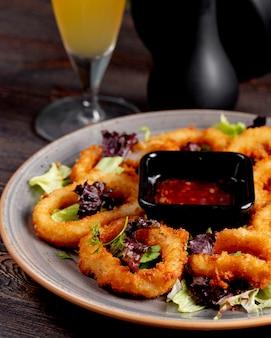 Луковые кольца с салатом и соусом