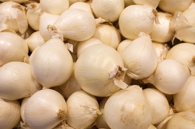 タマネギの白、新鮮な生、大量に積み上げられた、食品市場。