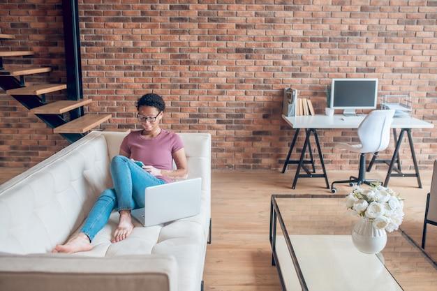 온라인. 집에서 쉬면서 인터넷 서핑을 하는 평상복 차림의 여성