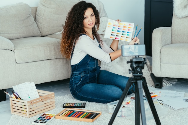 オンラインアートコース。ビデオチュートリアルまたはライブストリーミングを作成するアーティスト