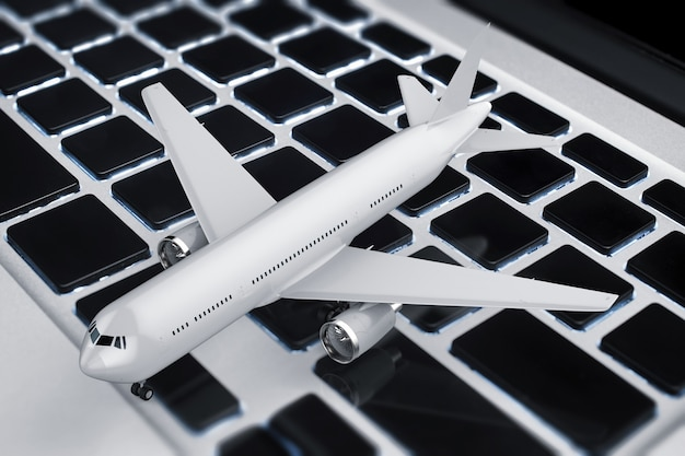 3d 렌더링이 있는 온라인 예약 개념은 키보드에서 비행기를 조롱합니다.