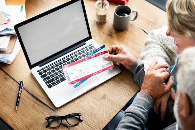 オンライン予約フライト旅行目的地ラップトップコンセプト