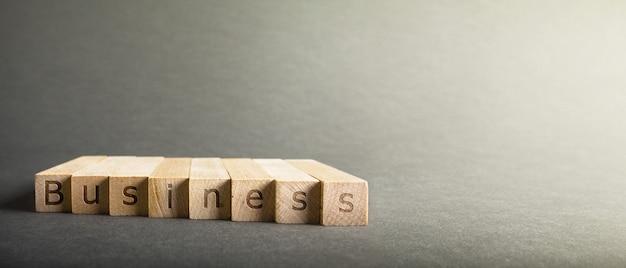 指を置くブロックに刻まれたオンラインのビジネス碑文