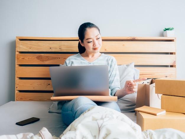 Женщина-владелец бизнес-бизнеса получает заказ клиента и проверяет свой товарный запас.