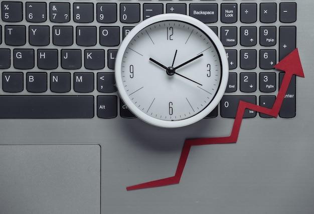 온라인 비즈니스, 거래. 시간은 돈이다. 빨간 성장 화살표와 시계 노트북 키보드