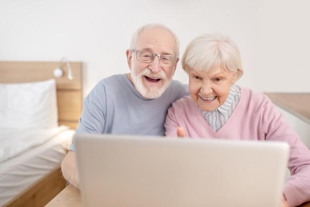 オンライン通話。ビデオ通話をして幸せそうに見える年配のカップル