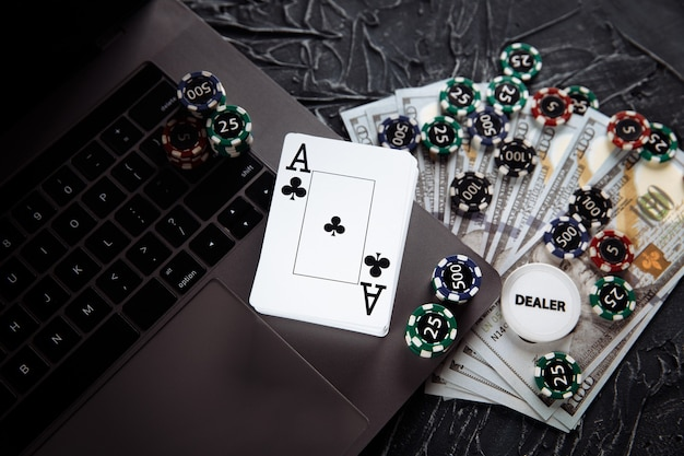 온라인 카지노 개념. 도박 칩 및 회색 배경에 카드 놀이.