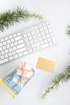 선물 상자, 키보드 및 황금 신용 카드 모형으로 온라인 크리스마스 쇼핑