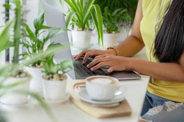 온라인 수업, 집에서 공부하는 동안 노트북에 쓰는 학생