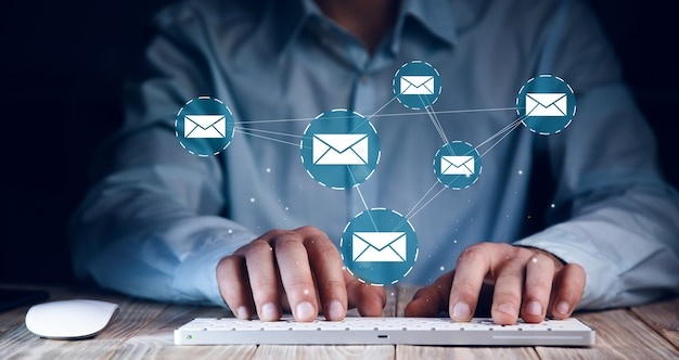 온라인 커뮤니케이션 개념. 남자 작업 컴퓨터 및 메일 아이콘