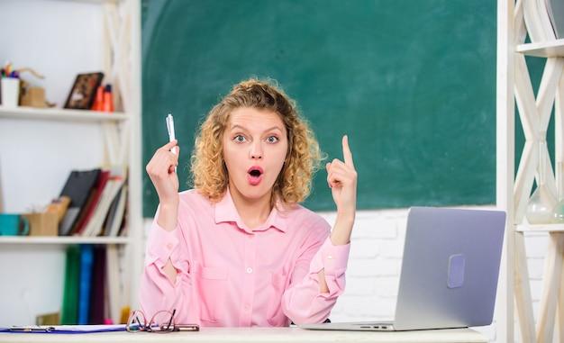 성인을 위한 온라인 과정 교실에서 노트북으로 작업하는 교사 온라인 테스트 통과
