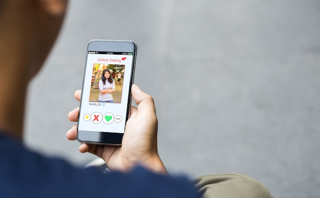 Интернет-знакомства, концепция мошенничества. руки человека с помощью смартфона