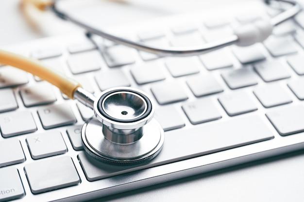 키보드에 청진 기 온라인 의사 개념입니다.