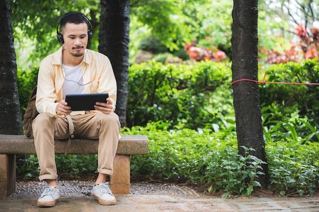 美しい景色を望むラップトップでフリーランサーの仕事のためのオンラインの夢の仕事。インターネット接続を介して働くデジタル遊牧民または旅行ビジネスマン。