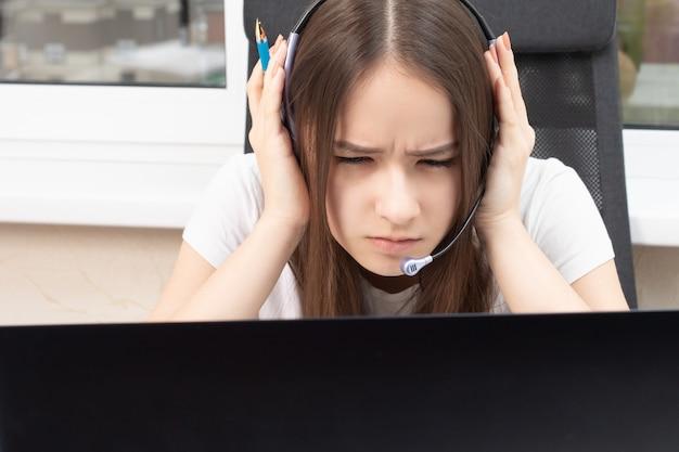 Онлайн-образование. вебинар. студент дома занимается обучением, внимательно слушает