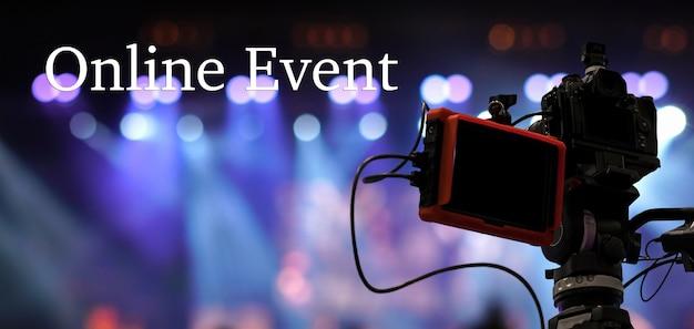 ソーシャルネットワークを介したオンラインウェビナーまたはコンサートを記録するビデオカメラを介したオンラインイベントテキスト