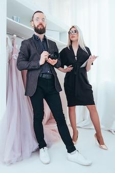 オンラインファッションブティック。店のウェブサイトで働いているパーソナルアシスタントと写真家。