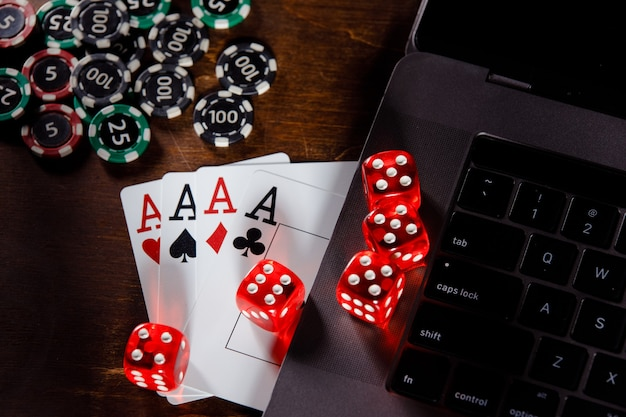 온라인 도박 개념 빨간색 나무 책상 상위 뷰에 주사위 칩과 카드를 재생