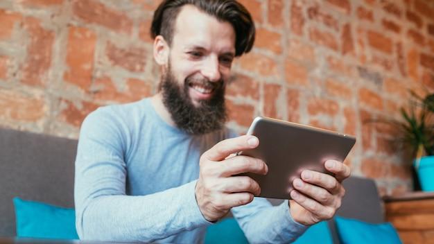 Онлайн-игры и игровые приложения. человек с помощью планшета
