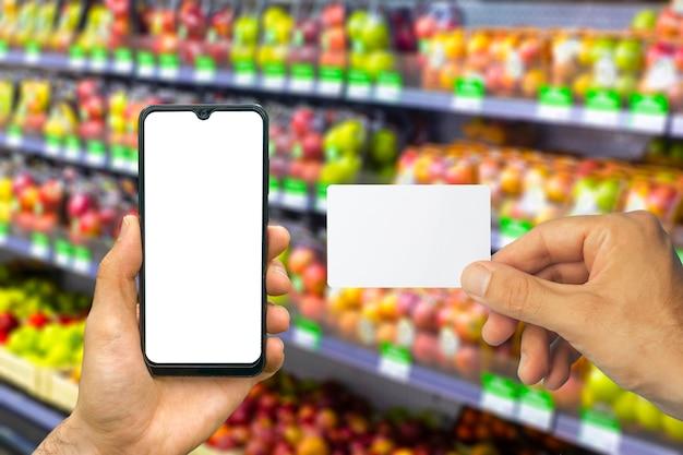 携帯電話のオンライン食料品配達アプリとスマートフォンの空のカード食品市場サービス
