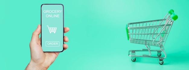 휴대 전화의 온라인 식료품 배달 앱.