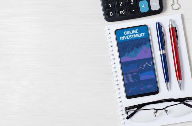 スマートフォンのオンライン投資チャートとグラフは、の効果的な投資の概念を画面に表示します
