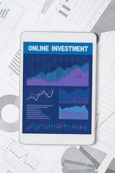 온라인 투자. 그래프와 차트가있는 모바일 앱이있는 태블릿. 비즈니스 프로세스 분석 또는 교환 거래.