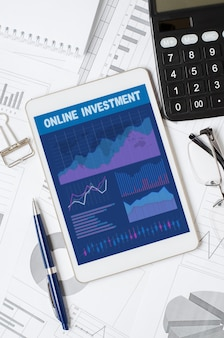 Интернет-инвестиции. планшет с мобильным приложением с графиками и диаграммами