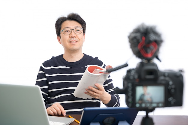 Концепция обучения в режиме онлайн. азиатский мужчина средних лет учитель готовится к обучению в интернете.