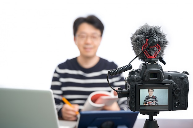 オンライン学習の概念。オンラインで学ぶ準備をしているアジアの中年男性教師。
