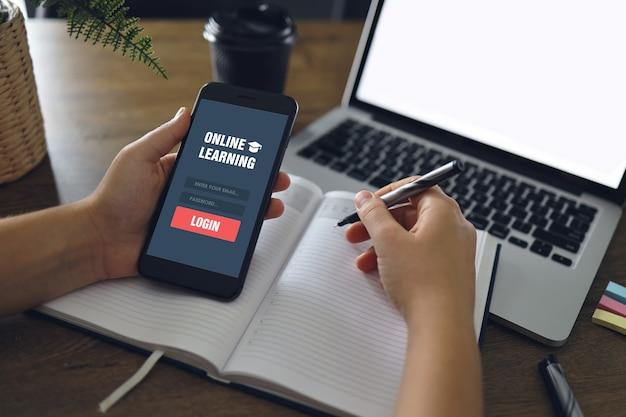 Веб-сайт онлайн-обучения на экране смартфона и портативного компьютера.
