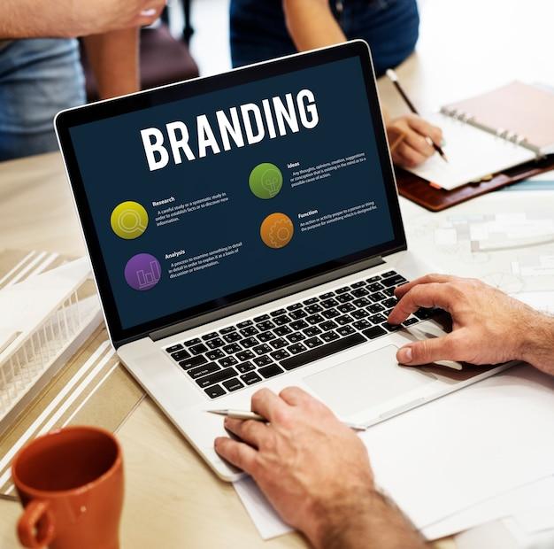 노트북 화면에 온라인 마케팅 및 브랜딩 개념