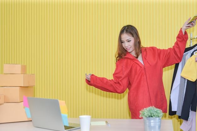 Интернет-маркетинг, азиатская женщина используйте потоковое видео в реальном времени, чтобы генерировать потенциальных клиентов и продавать в социальных сетях.