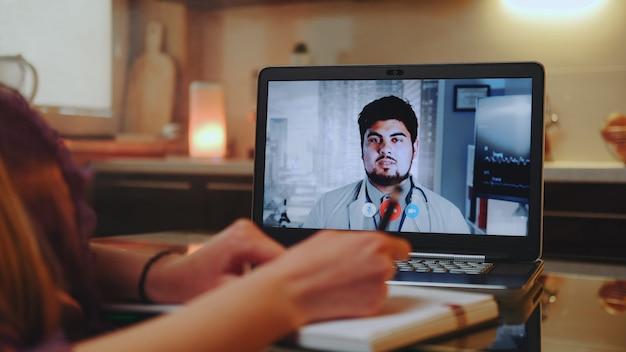 Онлайн медицинская консультация с доктором на компьютере из дома