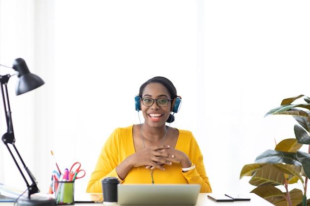 オンライン会議とカスタマーサービス。バーチャルミーティング、ビデオ通話。ビデオ通話探しカメラによる多民族の同僚とのアフリカ系アメリカ人のビジネスウーマンの会話。