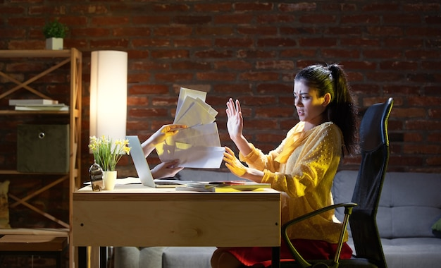 オンライン会議、チャット、ビデオ通話。自宅のラップトップを介してオンラインで友人と話している若い女性。バーチャルリアリティ。リモートセーフエンターテインメント、検疫中の会議の概念。コピースペース