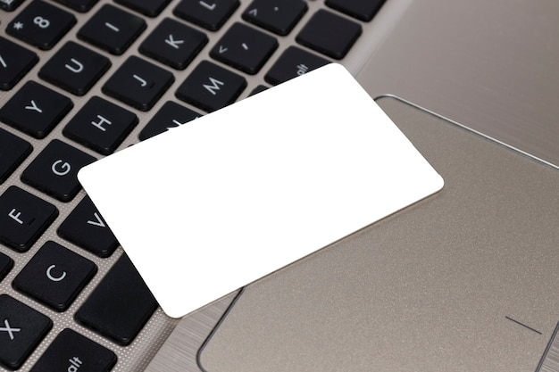 Онлайн-оплата, бизнес-концепция. дисконтная карта, кредитная карта с крупным планом текстового места на клавиатуре ноутбука.