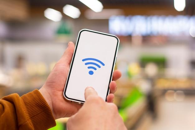 온라인 결제. 레스토랑을 배경으로 wi-fi 아이콘이있는 휴대 전화 디스플레이