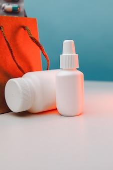 Бумажные пакеты интернет-аптеки с лекарствами, отпускаемыми по рецепту, и вертикальное изображение белого цвета