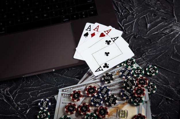 온라인 포커 카지노 테마. 도박 칩 및 회색 배경에 카드 놀이.