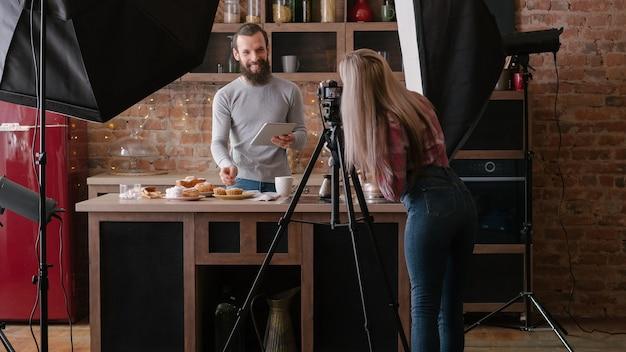 온라인 레시피. 태블릿을 가진 남자입니다. 요리 취미. 요리 팟 캐스트 촬영. 백 스테이지 사진